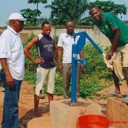 Pompa do wody zamontowana w Kongo
